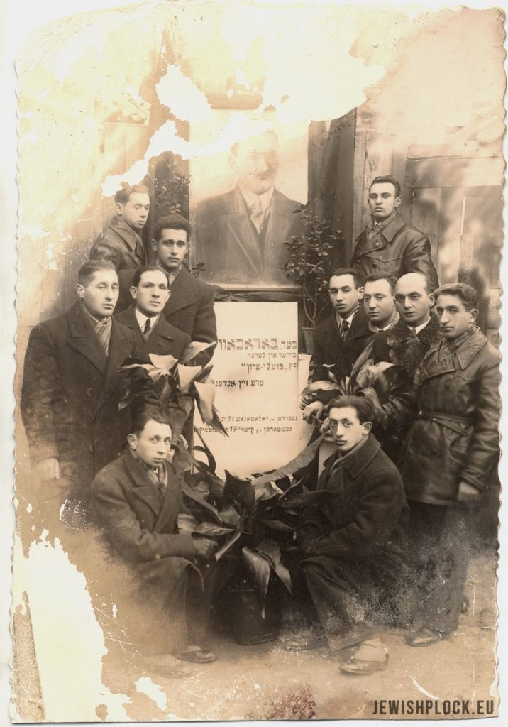 Members of Poale Zion by the portrait of Dow Ber Borochow, before 1933 (photo from the collection of the Emanuel Ringelblum Jewish Historical Institute in Warsaw), JewishPlock.eu