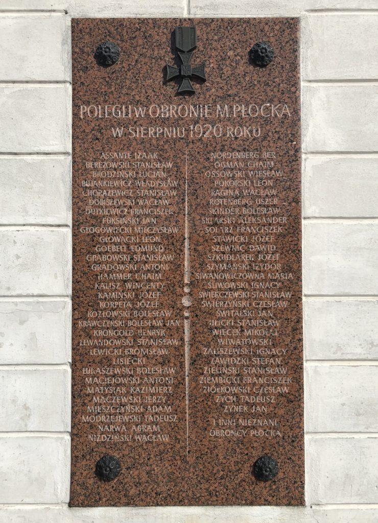Tablica upamiętniająca poległych w obronie Płocka w sierpniu 1920 roku na budynku Odwachu (ulica Tumska 4). Wśród wielu wymienionych osób odnaleźć można nazwiska płockich Żydów: Izaaka Assante, Chaima Hammera, Abrama Narwy, Bera Nordenberga, Chaima Ogmana, Uszera Rotenberga i Dawida Szenwica, JewishPlock.eu