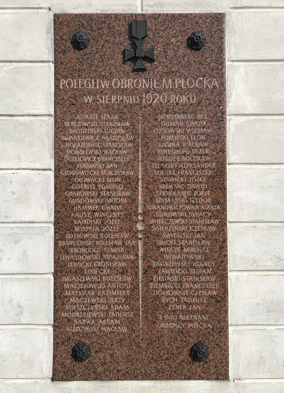 A plaque commemorating people killed in the defense of Płock in August 1920 on the guard house building (4 Tumska Street). Among the many mentioned persons, one can find the names of Jews of Płock: Izaak Assante, Chaim Hammer, Abram Narwa, Ber Nordenberg, Chaim Ogman, Uszer Rotenberg and Dawid Szenwic, JewishPlock.eu