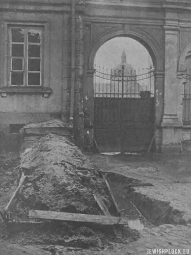 """Barykady na ulicach Płocka (źródło: """"Tygodnik Ilustrowany"""" nr 39 z 1920 roku)"""