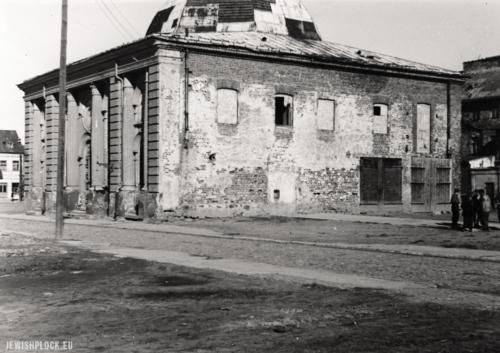 Wielka Synagoga. Widok od strony południowo-zachodniej przed rozbiórką, fot. B. Perlmuter (fotografia pochodzi ze zbiorów Żydowskiego Instytutu Historycznego im. E. Ringelbluma w Warszawie, sygn. ŻIH-Płock.09)