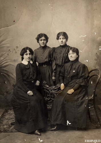 Hugra Maleńka (left) in the company of three unidentified women (probably her sisters), Płock, before 1918.
