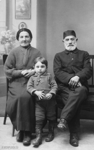 Chaim Mordka Maleńka and Szajna nee Lis with their grandson Eliasz Mendel, Płock, 1920s