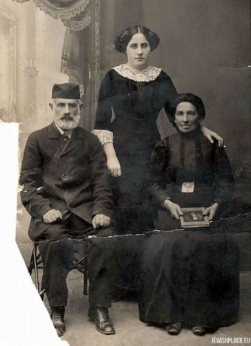 Hugra Maleńka with her parents Chaim Mordka and Szajna née Lis, Płock, before 1918.