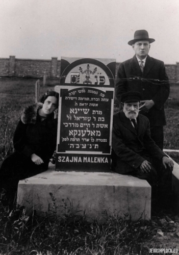Hersz Icek Arbajter, Hugra Arbajter and Chaim Mordka Maleńka at the grave of Szajna Maleńka nee Lis at the Jewish cemetery at Mickiewicza Street in Płock, 1928