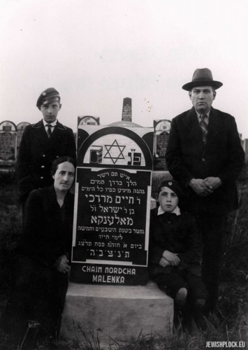 Hersz Icek Arbajter, Hugra Arbajter with their sons Mordka and Eliasz Mendel at the grave of Chaim Mordka Maleńka at the Jewish cemetery at Mickiewicza Street in Płock, 1933
