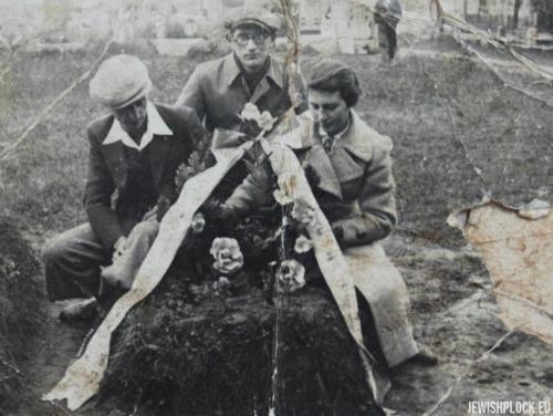 Na cmentarzu żydowskim w Płocku, 17.10.1937 rok (fotografia ze zbiorów prywatnych Arie Fuksa)