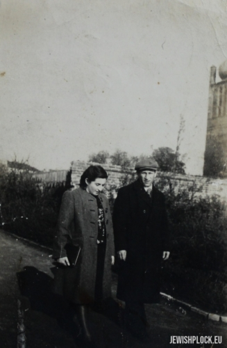 Jakub Szulim Fuks and Chaja Sura nee Jakubowicz during a walk in the Tumy Park, ca. 1945