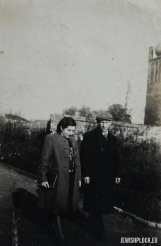 Jakub Szulim Fuks i Chaja Sura z Jakubowiczów podczas spaceru w Parku na Tumach, ok. 1945 roku
