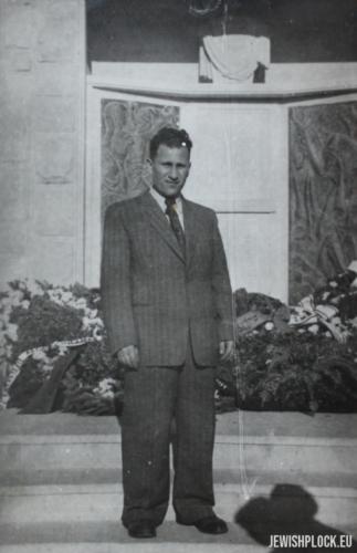 Jakub Szulim Fuks na tle pomnika upamiętniającego ofiary Holokaustu na cmentarzu w Płocku przy ulicy Mickiewicza, 1949 rok