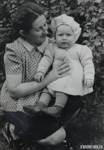 Chaja Sura Fuks with her daughter Regina, 1947