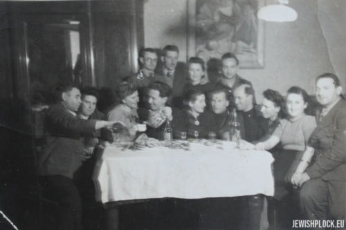 Jakub Szulim Fuks and Chaja Sura nee Jakubowicz in the company of their friends (probably the photo was taken during their wedding in late 1945 or early 1946)