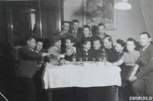 Jakub Szulim Fuks i Chaja Sura z Jakubowiczów w towarzystwie znajomych (prawdopodobnie zdjęcie wykonano podczas ich wesela pod koniec 1945 lub na początku 1946 roku)