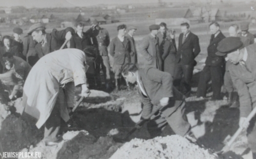 Exhumation of 25 Jews murdered by the Germans during World War II, October 21, 1946