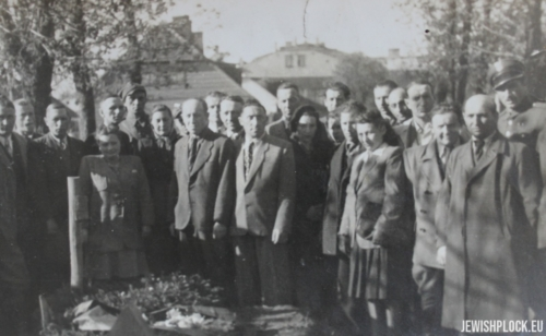 Members of the Jewish community during the ceremony at the Płock cemetery, 1946