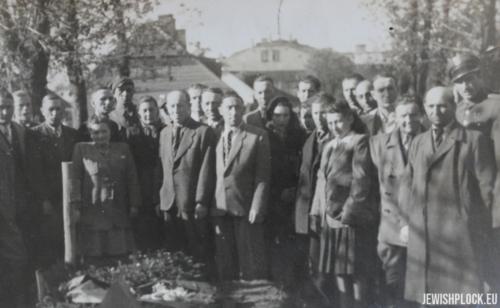 Członkowie społeczności żydowskiej podczas uroczystości na cmentarzu w Płocku