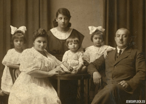 The Brygart family (left to right): Rushka (Ruhla), Dwojra, Samek, Irka (Iska), Lajzer. At the back is  standing the nanny (the name unknown)