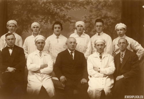 Lajzer Brygart (in the front center), Lejb Bomzon (front at the right) and the bakery staff