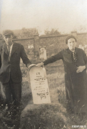 Tomb of Nachman Celner, son of Szmul (next to the tombstone, members of the Krasiewicz family), 1937