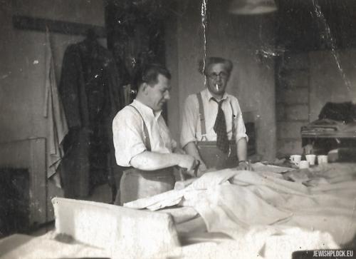 Szmuel Celner przy warsztacie pracy w Londynie
