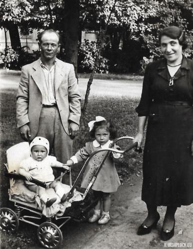 Fajga Rachela Krasiewicz z mężem i dziećmi
