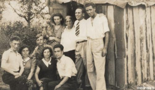 Moszek Krasiewicz i Ejdla Iska Krasiewicz z członkami swojej rodziny