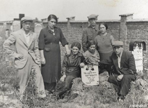 Rechma Krasiewicz z dziećmi przy grobie Lewka Krasiewicza