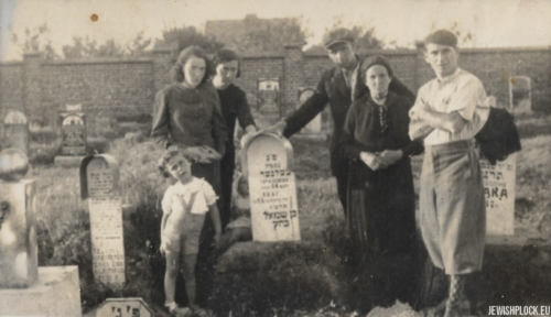 The grave of Nachman Celner, son of Szmul, 1937 (next to the tombstone, members of the Krasiewicz and Pasek family)