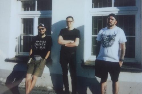 Schröttersburg: Krzysiek Piotrowski (gitara), Michał Majcher (bas, wokal), Rafał Strzemieczny (perkusja). Fotografia: Among Scratches