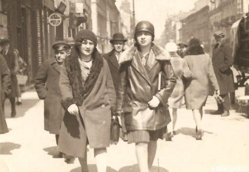 Estera Wajcman z przyjaciółką podczas spaceru ulicami Warszawy, 1929 rok