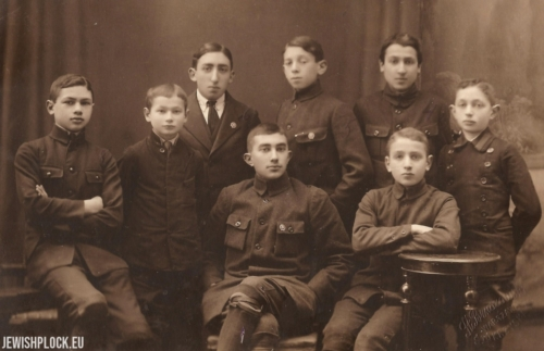 Students of the Ascola Society Junior High School in Warsaw, from the left: Ignaś Krakowiak, Mieczysław Gutgeld, Edek Świeca. Standing, from the left: Natek Przysuchier, Józef Kelner, Bolek Okoń, Adek Gurewicz, Józef Wajcman, 1918