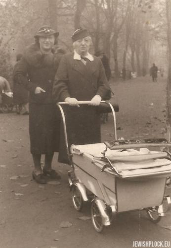 Chawa Wajcman i  Lusia Wajcman na spacerze z Joasią, Warszawa 1937 rok