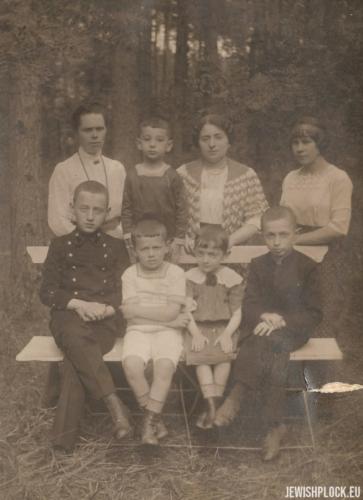 Chawa Wajcman z dziećmi: Markiem, Samuelem, Józefem, Esterą, około 1910 roku