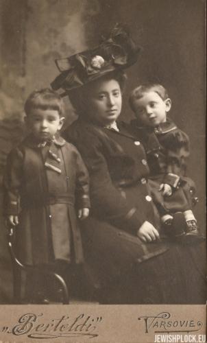 Estera Wajcman z ciocią Libą Fajgą Żurkowską i kuzynem, ok. 1909 roku