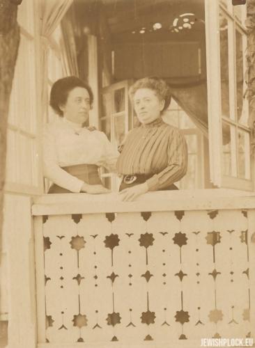 Chawa Wajcman z siostrą Libą Żurkowską, Otwock, lata 20. XX wieku