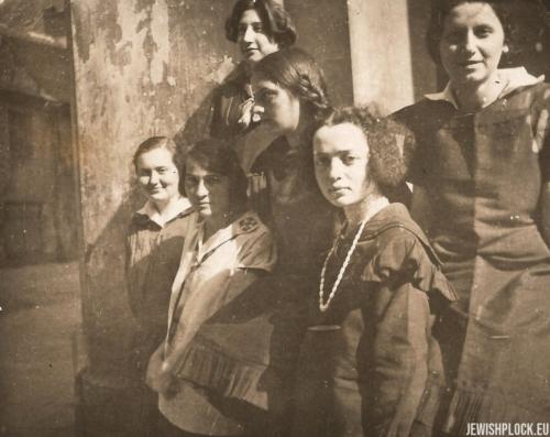 Estera Wajcman z koleżankami, lata 20. XX wieku
