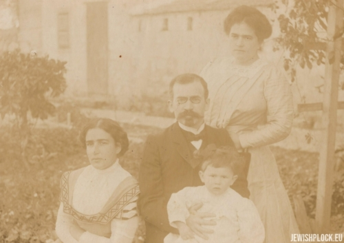 Zelik Wajcman with his wife Fruma and daughter Ruth, 1910
