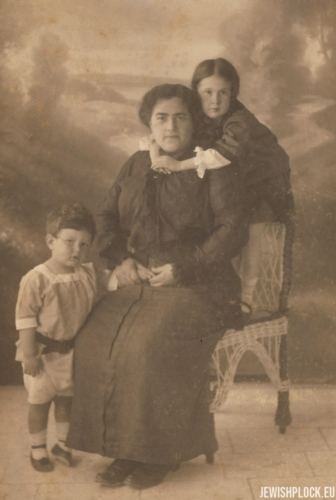 Fruma Wajcman with children: Ezer and Ruth, 1913