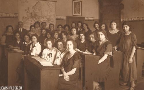 Uczennice i nauczyciele warszawskiego liceum, do którego uczęszczała Estera Wajcman (pierwszy rząd, czwarta od prawej), lata 20. XX wieku
