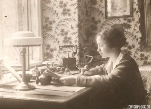 Estera Wajcman w swoim pokoju przy ulicy Świętojerskiej 30, 1926 rok