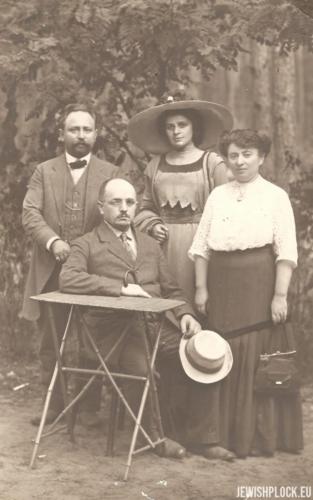 Ewa Żurkowska z mężem Izydorem Wajcmanem, siostrą Taubą Iską i szwagrem Jakubem Puszetem, przed 1912 rokiem