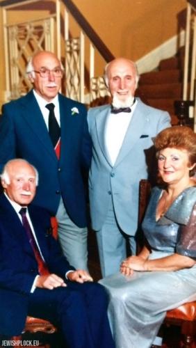 Feliks Tuszyński z braćmi Devim i Romkiem oraz siostrą Tolą (fotografia ze zbiorów prywatnych Yaffy Gould)