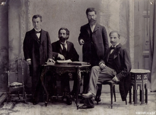From the left: Dr Siegfried Kalischer, Dr Edward Flatau (sitting, pointing at the book), Dr Louis Jacobsohn-Lask, Dr Bernhard Pollack (sitting). Ca. 1900, Berlin. From the collection of the Lask family. Source: Wikipedia Commons (public domain)