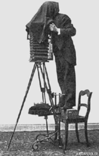 Edward Flatau przygotowuje zdjęcia do swojego atlasu mózgu. Źródło: Wikipedia Commons (domena publiczna)