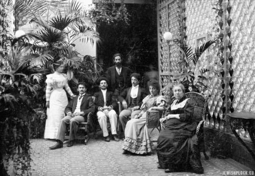 Anna Flatau z dziećmi w oranżerii ich ogrodu w Płocku, ok. 1890 r. Zdjęcie z archiwum rodziny Flatau otrzymane dzięki uprzejmości Piotra Flatau.