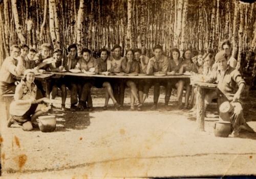 "Members of the ""Frajhajt"" youth organization during a training camp near Płock, a few months before departure to Palestine, 1932 (photo from the collection of Pnina Stern)"