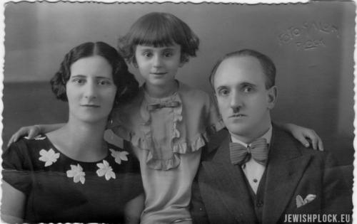 Gabrysia Holcman z rodzicami - Marjem i Moszkiem, l. 30. XX wieku, fot. A. Watman