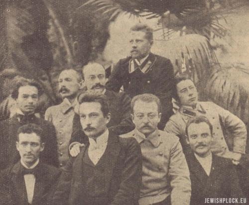 Józef Kwiatek (trzeci od lewej strony w drugim rzędzie) w otoczeniu członków koła młodzieży Polskiej w Dorpacie w 1902 roku (źródło: J. Krzesławski, Józef Kwiatek (1874-1910), Warszawa 1935)