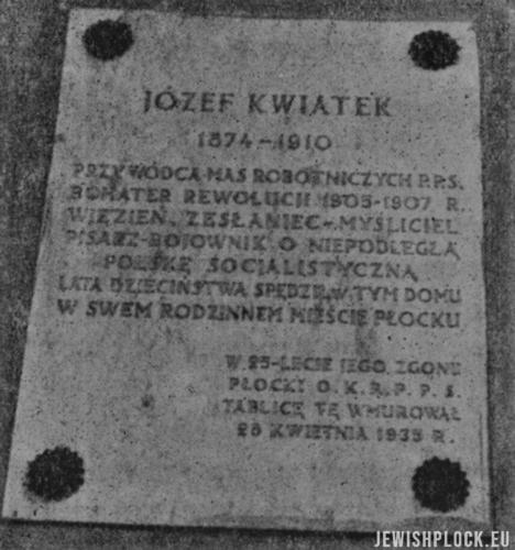 Tablica pamiątkowa wmurowana w elewację domu rodzinnego Kwiatka w 1935 roku w związku z 25. rocznicą jego śmierci (źródło: Plock. Paginas de historia de la vida judia de allende el mar, editado po la Sociedad de residentes de Plock en la Argentina, Buenos Aires 1945)