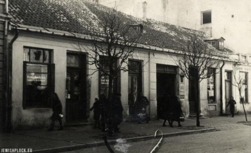 Budynek frontowy nieruchomości przy Kolegialnej 4 w okresie II wojny światowej (źródło: Nowak G., Kolegialna 4 [informator wystawy], Płock 2017)